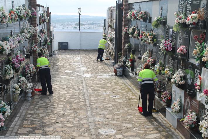 Una decena de operarios limpian y adecentan el cementerio de cara a la Festividad de Todos los Santos