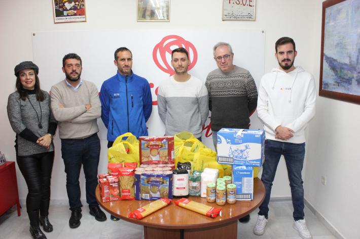 El PSOE entrega a la Asociación Run&Run de Motril alimentos no perecederos para el VIII Torneo Solidario de Fútbol Sala a favor de Jesús Abandonado