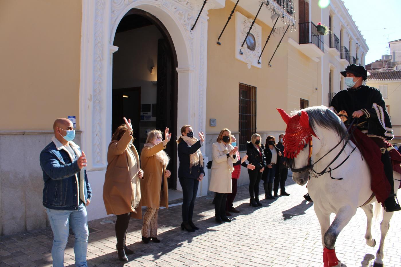 El Emisario Real visita Motril para anunciar la inminente llegada de los Reyes Magos de Oriente