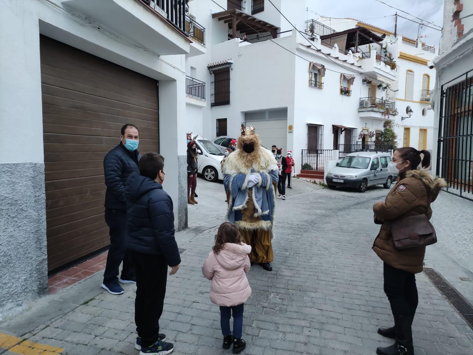 Los Reyes Magos fueron al encuentro de los niños de Salobreña paseando por sus calles.