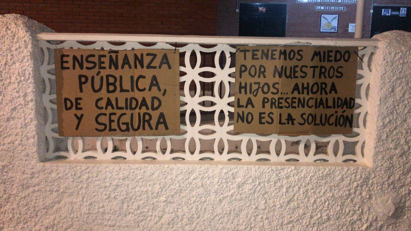 Padres y madres del IES Villanueva del Mar de La Herradura protestan por la vuelta a las clases presenciales.