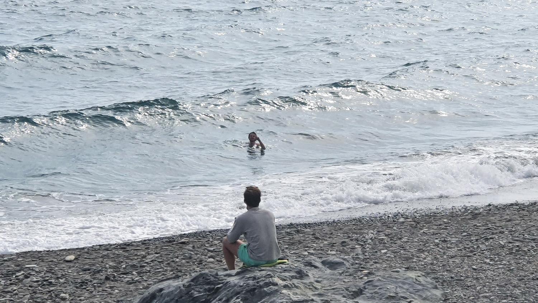 Numerosas familias han ocupado las playas de Almuñécar y La Herradura para disfrutar de una buena temperatura y la brisa marina.