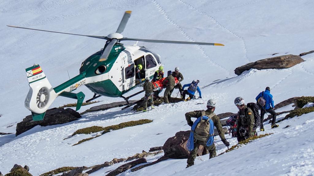 Rescatados en Sierra Nevada un motorista y un montañero heridos graves.