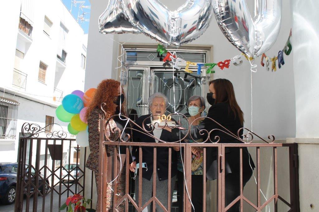 Salobreña celebra el centenario de una vecina de la Villa, Rosa Hidalgo.