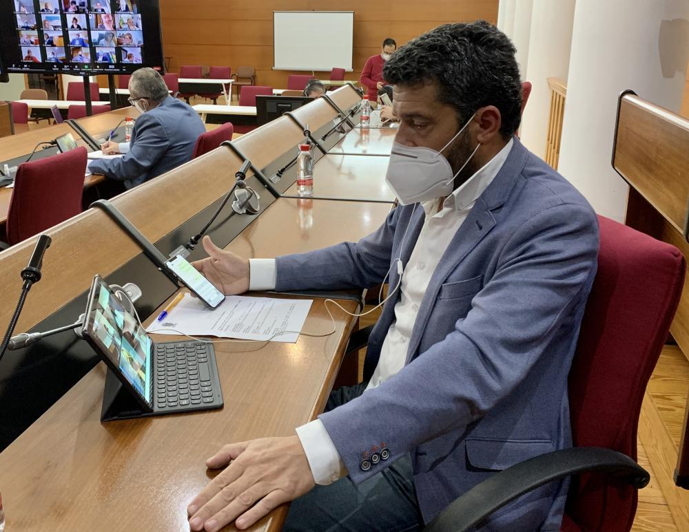 El Pleno aprueba por unanimidad la propuesta del PSOE para dar más seguridad a la senda de la Playa de las Azucenas y pide que se tape de urgencia el hoyo junto a la senda