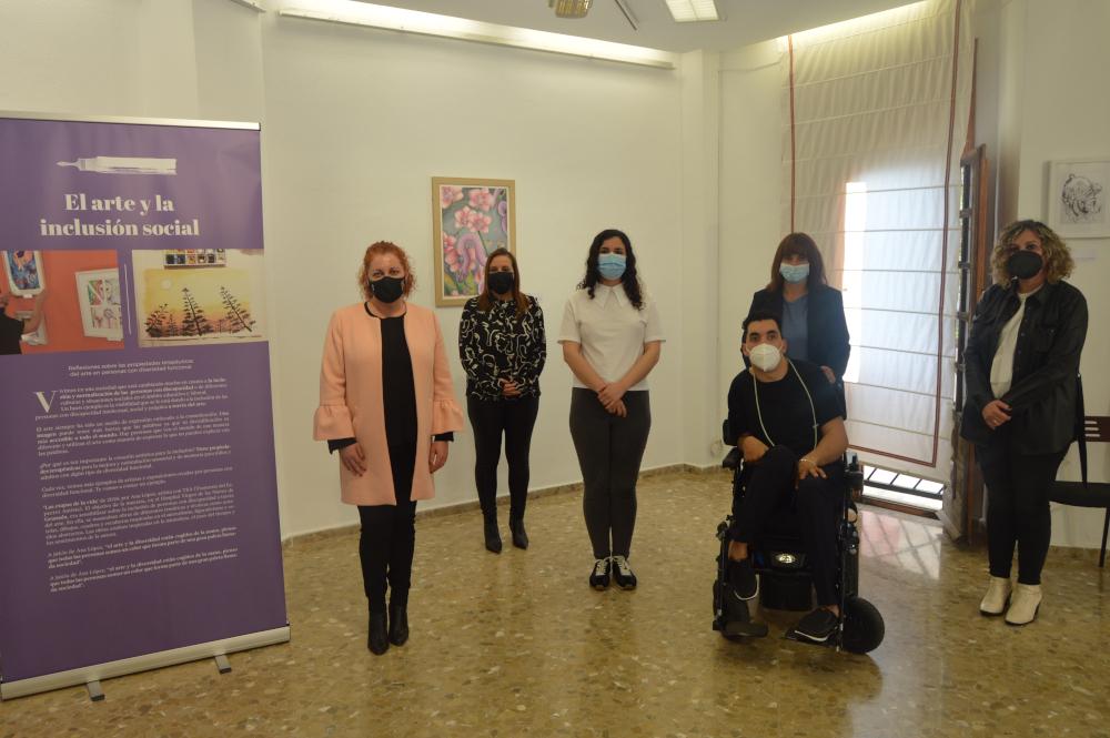 La artista Ana López Jiménez expone su obra 'Siseos' en la Biblioteca de Salobreña