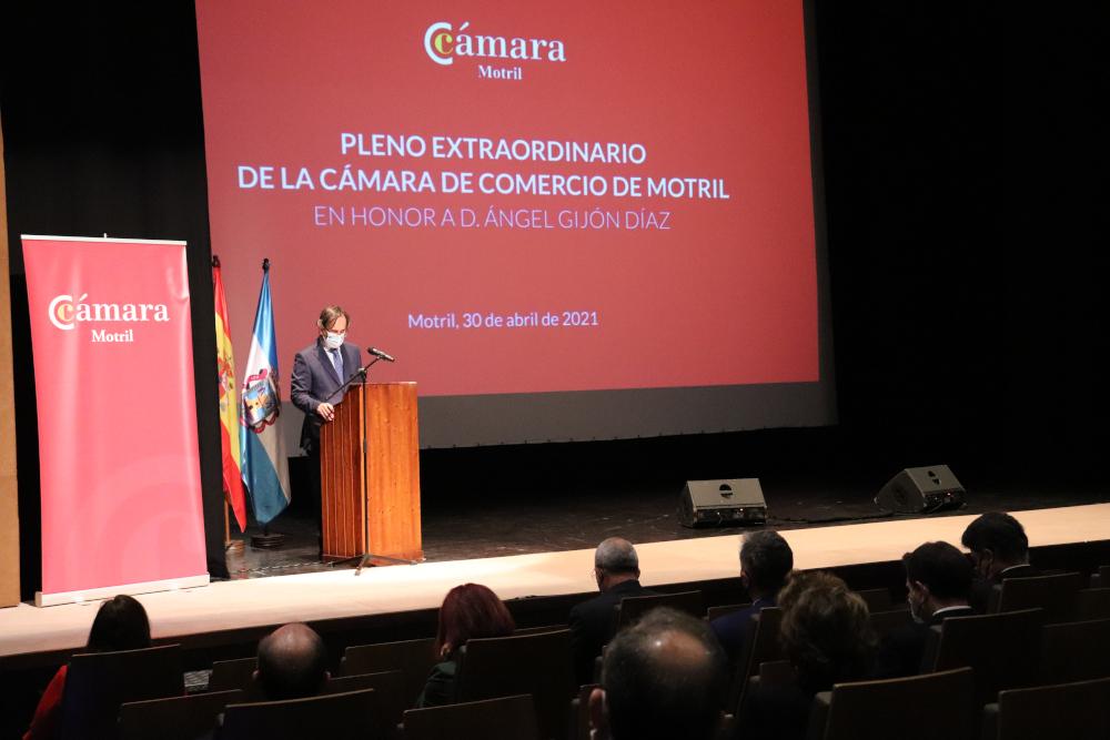 Ángel Gijón, muy presente en su homenaje durante el pleno de la Cámara de Comercio de Motril