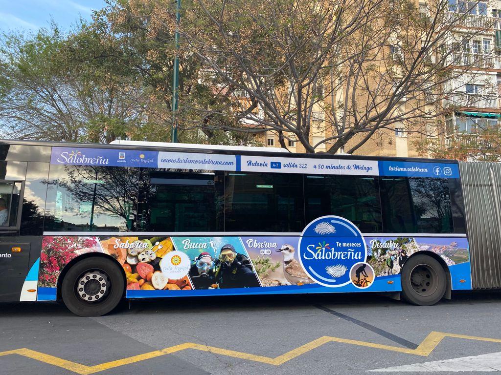 Salobreña se promociona en autobuses de Málaga.
