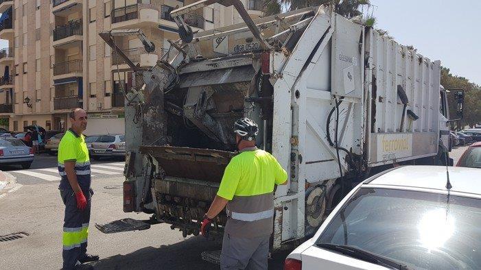 El Ayuntamiento de Salobreña adelanta el dispositivo de limpieza de verano ante la gran afluencia de visitantes