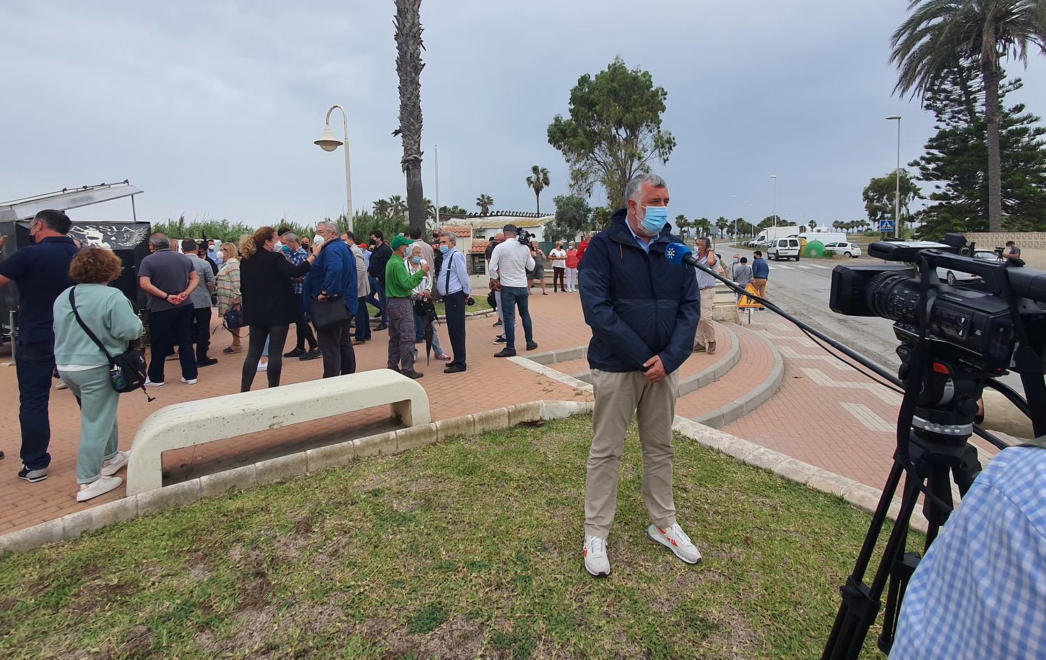 """""""No al muro"""" es el grito de los motrileños contra la actuación de Costas en las playas de Poniente y el Cable."""