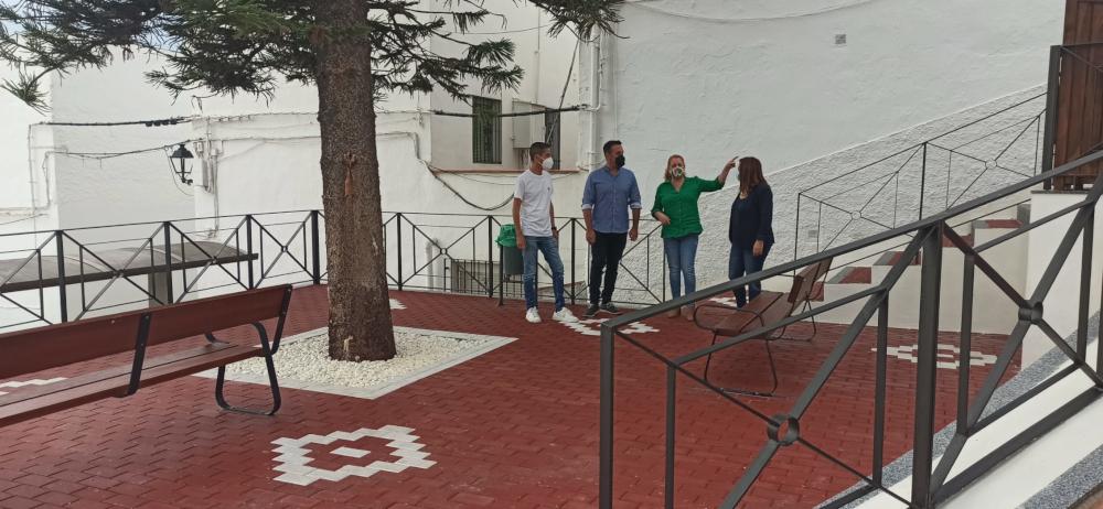 El Ayuntamiento de Salobreña crea una nueva plaza en la calle Ladera de la Cruz e instala una nueva marquesina de autobús