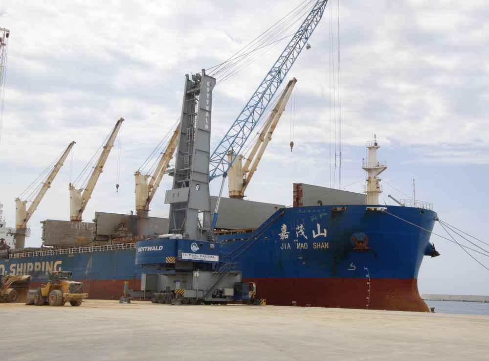El Puerto de Motril va a exportar este año 200.000 toneladas de mineral de celestita precedente de canteras de la provincia