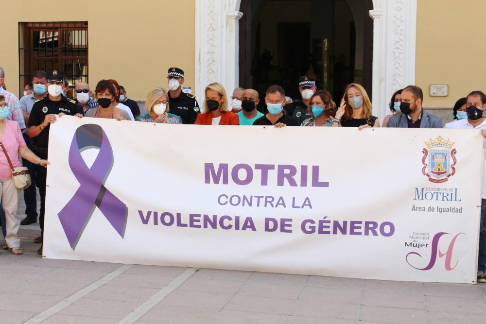 Motril se concentra en silencio ante el horror de la violencia de género y los asesinatos de menores
