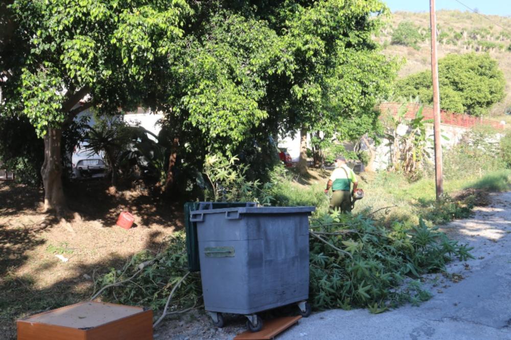 El Ayuntamiento de Almuñécar lleva a cabo un plan de choque en las zonas verdes y viales del barrio El Moruno