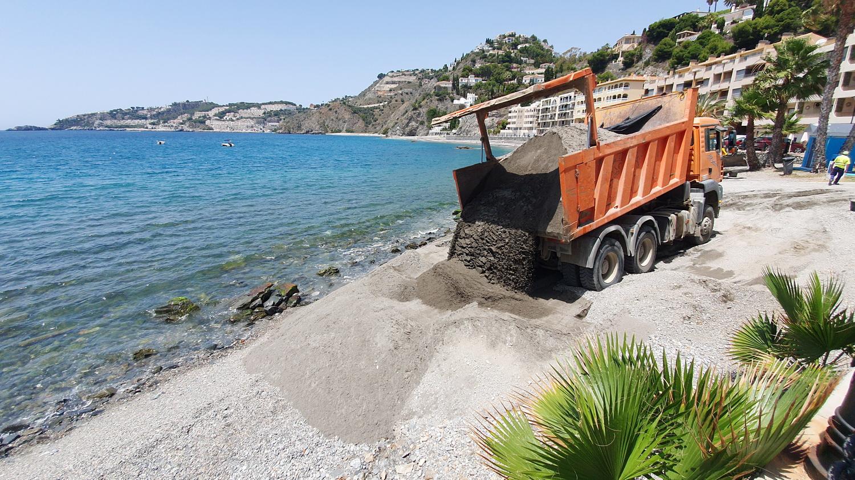 Costas inicia actuaciones de mantenimiento en las playas del litoral granadino de cara al verano