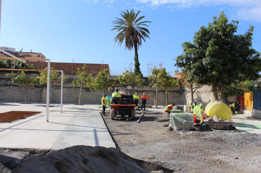 La actuación municipal en el colegio Garvayo Dinelli renovará completamente el patio del centro