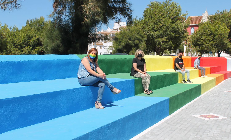 La bandera LGTBI ondea en la fachada del Ayuntamiento de la Villa con motivo del Día del Orgullo 2021