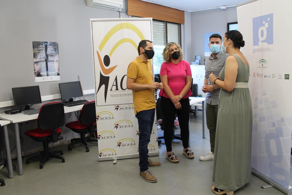 El Centro Guadalinfo de Salobreña ofrece a los negocios digitalizar su información mediante códigos QR