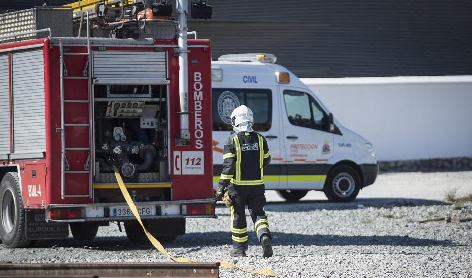 Dos personas, padre e hija, son trasladadas al hospital tras un incendio en la calle Fontiveros en Granada