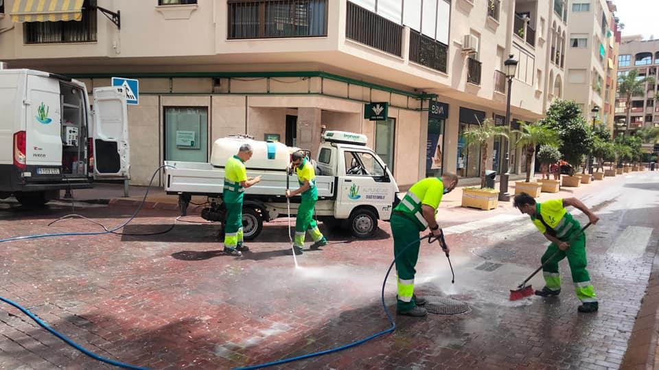 Un camión derrama por accidente pintura blanca en la calzada del centro de Almuñécar