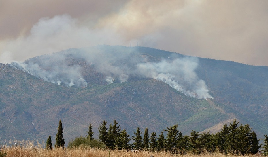 Una nube de pavesas provoca un nuevo incendio en Sierra Bermeja.