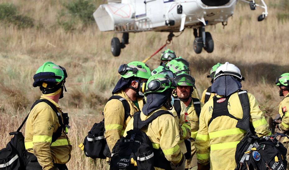 Unos mil efectivos trabajan por tierra y mar contra el incendio en Sierra Bermeja tras la incorporación de la UME y recursos de otras comunidades