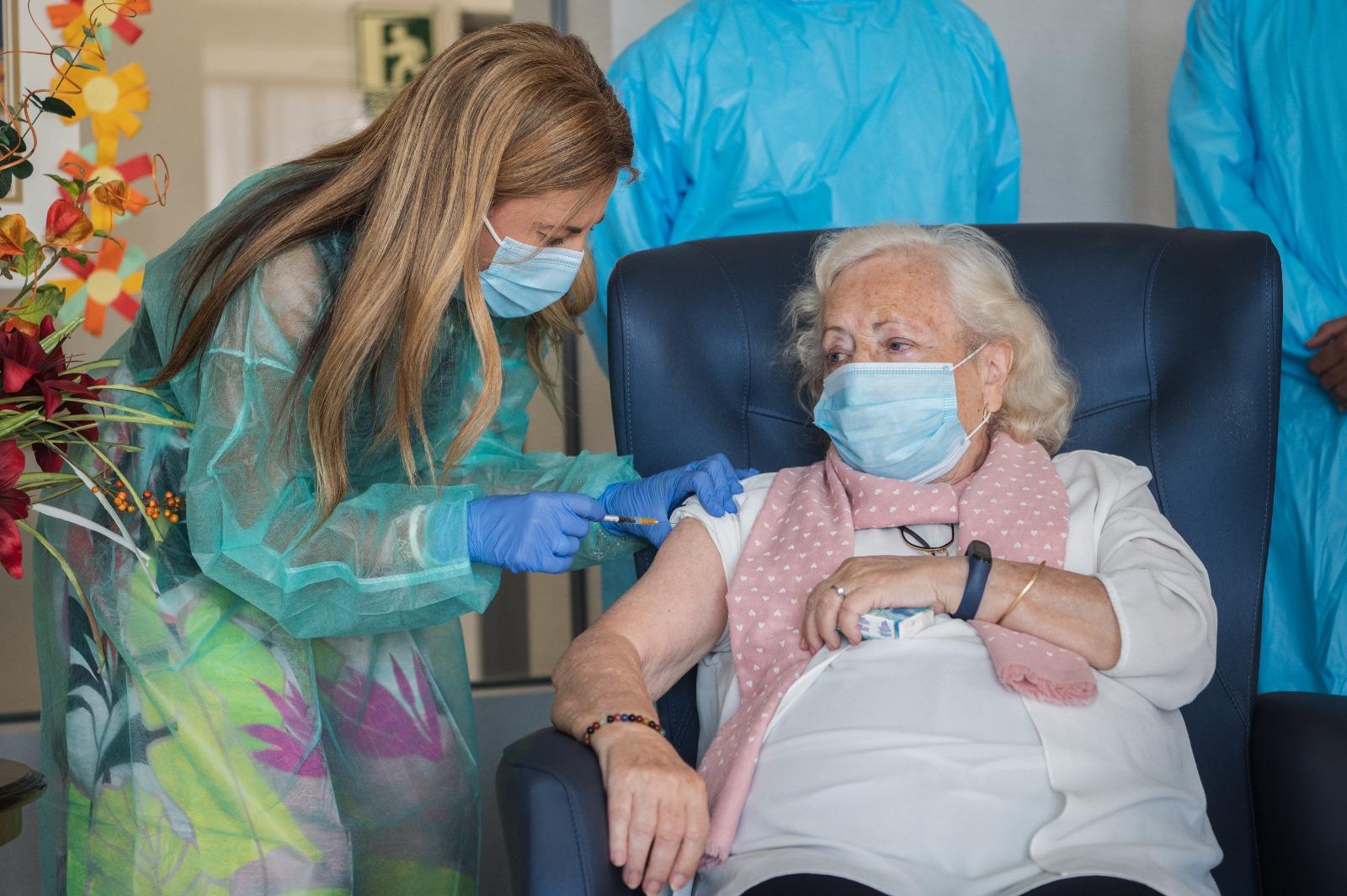 Comienza la vacunación con la tercera dosis en residencias de mayores de Andalucía.