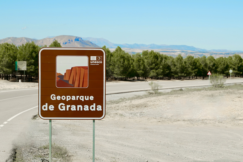 El Geoparque de Granada comienza a instalar la señalización oficial